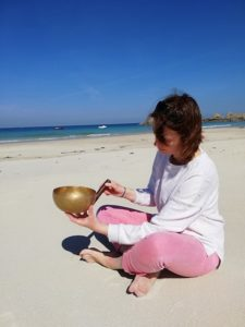 adeline philippot plage sable zen bol tibétain